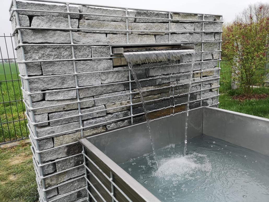 Gabione mit Wasserfall